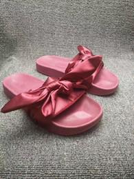 sandálias de cetim roxas Desconto New Womens Fenty Bandana Deslizamento WNS Chinelos de Senhoras de Designer de Rihanna Borboleta Chinelos Ouro Roxo Azul BOW SATIN SLID SANDALS