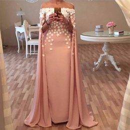 2019 rosa spitzenkapkleid Arabische Blumen Abendkleider Sheer Mit Cape Schulterfrei Vestido De Festa Robe De Soirre Frauen Abendkleider Dusty Pink Demure günstig rosa spitzenkapkleid
