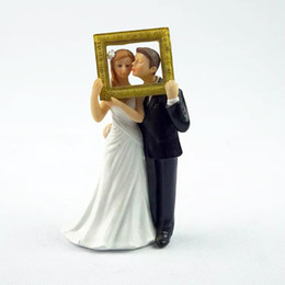 Wholesale Wedding Figurine Bride Groom - Bride And Groom Cake Toppers Holding Frame Couple Cakes Topper Romantic Love Couple Figurine European Style Popular Wedding Decoration