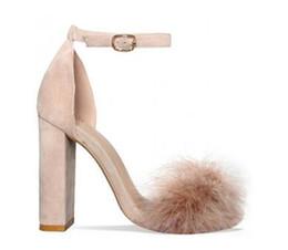 Zapatos de tacón de bloque rosa online-2018 Pink Blue Nude Feather Tacones altos Sandalias de mujer Hebilla de tobillo Correa Bombas de gamuza sintética Tacones de bloques Zapatos de mujer