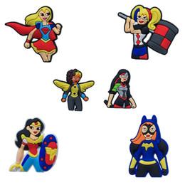 Superhéroe Girls Super Movie Cartoon PVC Broches Ropa / Bolsa / Zapatos Embalado por Bolsa de regalo Decoraciones Fiesta para niños Accesorios para accesorios Insignias desde fabricantes