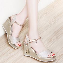 Plataforma de cuña para mujeres de verano abierta a sandalias con baño de bodas en plateado / oro. Zapatos de vestir con diamantes de imitación con hebilla en 34-40. desde fabricantes
