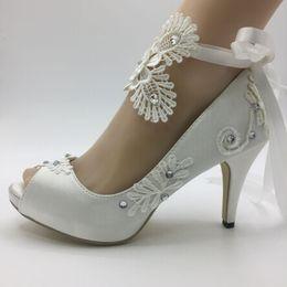 Wholesale Chaussures de mariage pour femmes faites à la main ruban ivoire robes de mariée mariée édition Han diamant dentelle mariage manuel cale chaussure peep toe femelle EU35