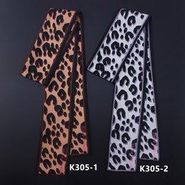 Sciarpa chiffona di seta del leopardo online-Buona qualità 130 centimetri * 6 centimetri sciarpa di seta Maitong Autunno stampa leopardo europea Piccola femmina legata borsa maniglia Borsa Twill sciarpe Nastri