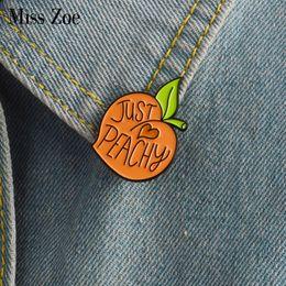 Spilla Miss Zoe Cartoon Spilla color pesca Spilla con badge pesca Peach Spilla bavero per Camicia borsa di jeans Denim Gioielli carini Regalo per ragazza cheap peach girls da ragazze di pesca fornitori