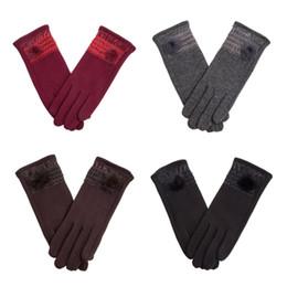 Migliori pellicce di faux online-2018 Nuove donne di lusso Guanti caldi Touch Screen Guanto Designer di marca Faux Fur Poms Eleganti guanti di lana Migliore qualità Lady Winter Mittens