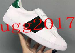 2018 nuevos zapatos de bordado directo de fábrica de las mujeres zapatos de cuero blanco pato mandarín rojo y zapatos casuales correa verde sección superventas desde fabricantes