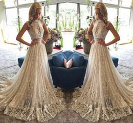 Vestido de novia de cuello alto modesto online-Modesto Cuello alto Una línea Casquillo de la manga Vestido de novia largo de oro Faldas escalonadas Vestidos de encaje Ilusión Blusa Vestidos de boda de cuello alto