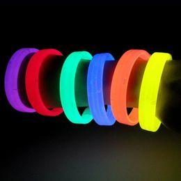2019 brilho fluorescente luz varas braceletes 10 pçs / lote nova luz vara brinquedo pulseira pulseira brilho fluorescente noite executar torcida adereços crianças brinquedos para adultos desconto brilho fluorescente luz varas braceletes