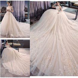 Vestidos de boda de monarca online-Encantador vestido de bola vestidos de novia apliques de encaje fuera de las mangas del hombro tren monarca dulce niñas vestidos de novia de la boda