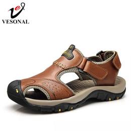Echtes Leder Sommer Weiche Männliche Sandalen Schuhe Für Männer  Atmungsaktive Licht Strand Lässig Qualität Walking Sandale 2018 rabatt  atmungsaktive lässige ... 0b8ab3171c