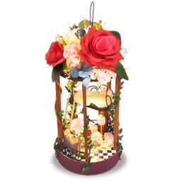 Diy regalos para amigos online-Mini kits de bricolaje casa de muñecas colgando cesta de flores decoración de jardín casa de muñecas en miniatura con luz niños niñas juguetes amigos regalo