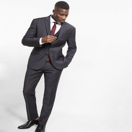 Últimos abrigos Pantalones Diseños Gris Oscuro Traje de los hombres Slim Fit Flaco 3 piezas Blazer personalizado Disfraces novio Esmoquin 335 desde fabricantes