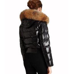 ed9da6b10ca056 2019 waschbär pelz kapuze schwarzen mantel Frauen Winter Jacke Mantel  Echten Waschbären Pelzhaube Mode Mantel Verdicken