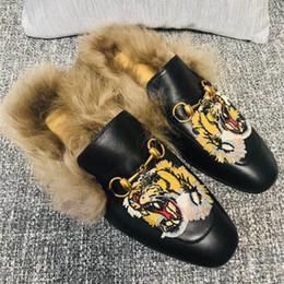 2019 bordar chinelos Chinelo Princetown marca feito em couro totalmente forrado e aparado com lã de cordeiro de pelúcia bordado horsebit homens arranhões bordar chinelos barato