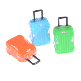 Девушки чемодан багажа онлайн-1pc Mini Plastic Rolling Suitcase Luggage Box For Doll Travel Outgoing Accessories Dollhouse Decor Girls Gift Sent Random