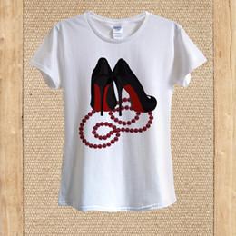 Halskette t-shirts online-Rote Unterseite Schwarze High Heels, Perlen Halskette T-Shirt 100% Baumwolle unisex Frauen
