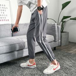 Cintura elástica para meninos on-line-2018 Outono Homens Tarja Ocasional Harlan Sweatpants Calças de Algodão Elástico solto Da Cintura Hip Hop Harem Pants Calf Comprimento Calças Menino magro