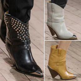 Botas de mujer estilo punk online-2019 Nuevas botas de pista Cone Heel Metal punta estrecha Studed Punk Style Botas de cuero cortas Zapatos de moda para mujeres