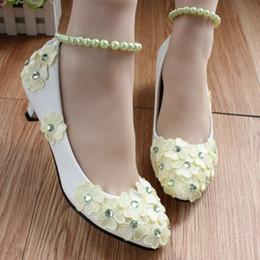 Flores verdes bombas online-Flores verdes claras Zapatos de novia de cristal Tacones altos Abalorios de punta redonda Correas elásticas Nupcial de tacón alto Bombas Ladies 2018
