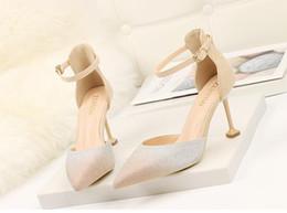 Argentina Estilo de América novia de la boda sandalias de punta estrecha Stiletto Hee Appliqued hebilla de gamuza de cuero zapatos de vestir para mujer tamaño 34-39 Suministro