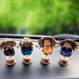 2019 небольшой встряхнуть Приборной панели автомобиля игрушки украшения смолы Материал творческий 4 весна маленький монах новый автомобиль тряски куклы подарок украшения аксессуары дешево небольшой встряхнуть