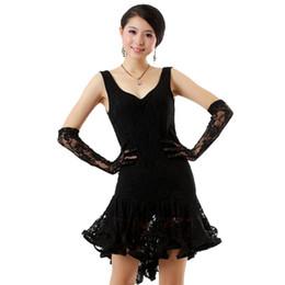 Vestidos de baile de lentejuelas rojas online-Vestido de baile de salón Vestidos latinos Trajes de baile de lentejuelas negros / blancos / rojos (guantes gratuitos) Envío gratuito Vestido de salsa
