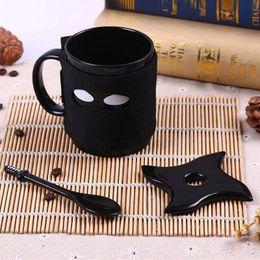 мечи ниндзя Скидка Ниндзя Керамическая кружка черная маска меч ложка кофейная чашка молоко чай кружки acttion рисунок пальцы вверх кружка дети чашки 50 шт. AAA782