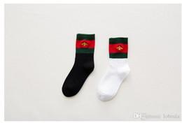 Koreasocken online-Winter Socken Neue Herbst Korea Europa Amerikanische Mode Kleine Biene Socken für Männer Frauen Größe 36-39 2 Farbe Schwarz Weiß