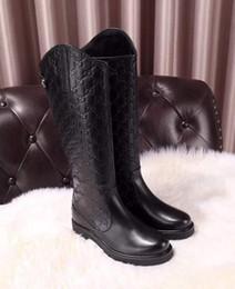 elegantes zapatos de tacón bajo negro Rebajas Nueva moda Diseñador de lujo Botas para mujer Otoño Cuero en relieve Botas de 16 pulgadas Con fondo plano Cremallera Confort Sitio web oficial 1: 1 tamaño 35-41