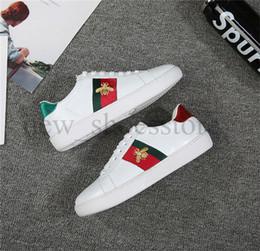 9365a92eb75 Mens Mulheres Sapatos De Grife De Luxo Calçados Esportivos Azul Verde Tarja  Vermelha Com Top Quality Casual Ace Bonito Partido Sapatos Brancos Plana  sapatos ...