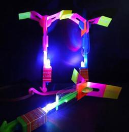 летающая игрушка для слинга Скидка Светодиодные вспышки летающий упругой питание стрелка слинг стрелять вверх вертолет Вертолет зонтик детские игрушки цена завода