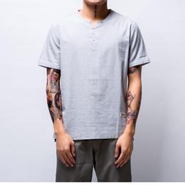 8a66ad3091 Camisa de la marca del verano de los hombres de manga corta floja de  algodón fino camisa de lino Moda masculina de la tendencia del color sólido  v-cuello de ...