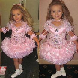 Vestido del desfile de plumas rosa chicas online-Pink Girls Vestidos de desfile para niñas Vestidos de plumas 2019 Niños pequeños Vestido de gala Glitz Vestido de niña de flores Bodas Con cuentas por encargo