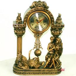 Mode résine artisanat bureau horloge pendule horloge style européen doré datant amoureux sculpture élaborant décoration de mariage ? partir de fabricateur