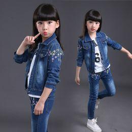 54f53cd41d71 2018 Mode Baby Mädchen Jeans Kleidung Set Frühling und Herbst Blume Denim  Jacke + Mädchen Jeans Körper Anzug Kinder Cowboy Kleidung Sets