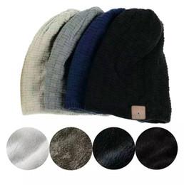 Cuffie auricolari online-Wireless bluetooth a maglia spessa beanie 4 colori cuffia auricolare microfono inverno trendy cap intelligente esterno cappelli del partito OOA5689