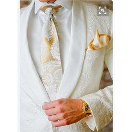 Nuevo diseño en relieve tela trajes para hombre novio esmoquin padrinos de boda trajes de fiesta de los hombres Blazer 2017 (chaqueta + pantalones) desde fabricantes