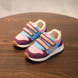 0679b7c1049b Европейский Новый прохладный мужская мода мальчики девочки кроссовки свет  дышащий высокое качество Детские кроссовки hots продажи детские  повседневная обувь