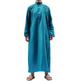 2018 dernière conception broderie longue style hommes musulmans abaya pour le marché du Moyen-Orient ? partir de fabricateur