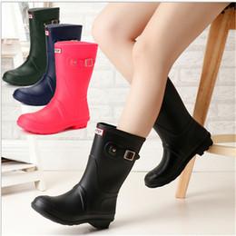 Botas de lluvia zapatos de lluvia online-Fshion Girls Rainboots Botas de lluvia de tacones bajos de ternera media Famosas mujeres a prueba de agua Zapatos de goma impermeables para mujer Duchas al aire libre 4 colores