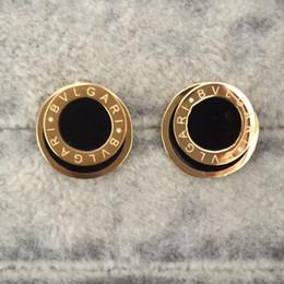 orecchini neri di rodiato Sconti Ornamenti commercio estero all'ingrosso acciaio al titanio tondo nero bianco gocciolante olio lettera orecchino 18 k oro marca moda nuziale orecchini