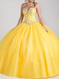 vestidos 15 cor coral Desconto Vestido De Baile Amarelo Quinceanera Vestidos 2018 Querida Strapless Doce 16 Quinceanera com Cristais Frisado Tule Tecido Vestidos de Festa de Baile