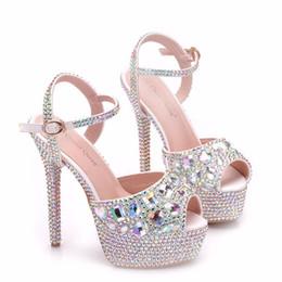 Saltos de plataforma de cristal on-line-Novo verão branco fivela peep toe sapatos para as mulheres super sapatos de salto alto moda stiletto sapatos de casamento sapatos de salto plataforma AB Cristal Sandálias De Noiva