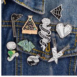 Pin de esmalte Origami juego Ataúd de corazón Ciencia química Telaraña coincide con Rose Cuchillo Broche y Pin Pinza de solapa de dibujos animados Insignias del botón desde fabricantes