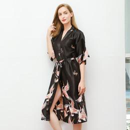 Nachtwäsche schwarzer satin online-Klassische Gedruckt Frauen Nachtwäsche Sexy Satin Lange Robe Kimono Bademantel Kleider Home Kleid Nachtwäsche Lässige Bademäntel Schwarz Nachthemd 3XL
