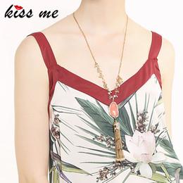 pull en acrylique en gros Promotion KISS ME rose irrégulière acrylique pendentif collier couleur or alliage chandail chaîne gland long collier en gros femmes accessoires