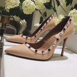 Canada 2018 nouvelle marque de mode de luxe femmes rivets talons hauts bout pointu métal rock stud chaussures en cuir véritable femmes pompes taille 35-42 Offre
