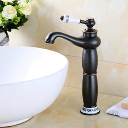 Óleo esfregou bronze bacia do banheiro on-line-Bacia Torneiras Latão Petróleo Friccionada Bronze Europeu Torneira Da Pia Do Banheiro 1 Alavanca Buraco Bancada Deck Quente Mxier Frio água
