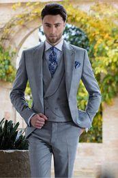 enfriador de una pieza Rebajas 2019 formal fresco estilo italiano hombres trajes de boda de plata de tres piezas (chaqueta + pantalón + chaleco) un botón de esmoquin moda hombres chaqueta conjunto de ropa